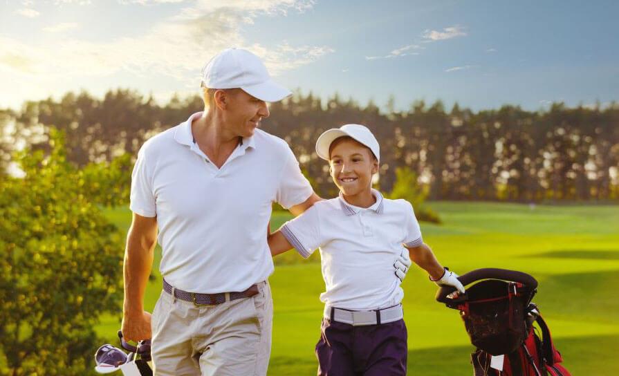 Vater mit Sohn und Elektro Golf Trolley